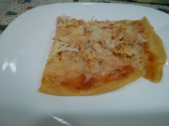 pizza casera de cebolla y atún