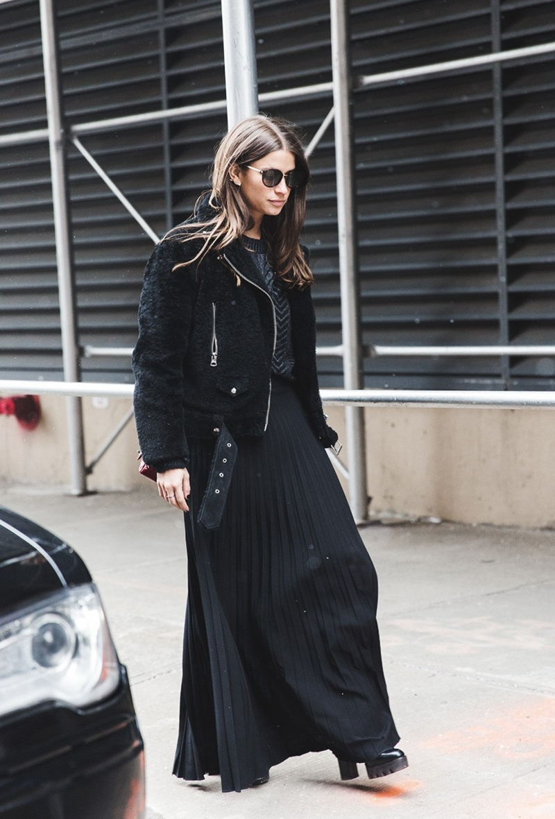 New_York_Fashion_Week-Fall_Winter_2015-Street_Style-NYFW-Amanda_Weiner-Pleated_Maxi_Skirt-Total_Black-Fur_Jacket--790x1185
