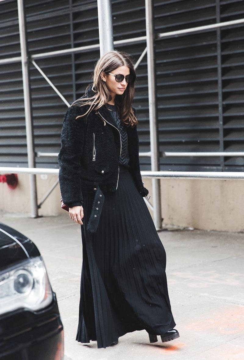 New_York_Fashion_Week-Fall_Winter_2015-Street_Style-NYFW-Amanda_Weiner-Pleated_Maxi_Skirt-Total_Black-Fur_Jacket--790x1185