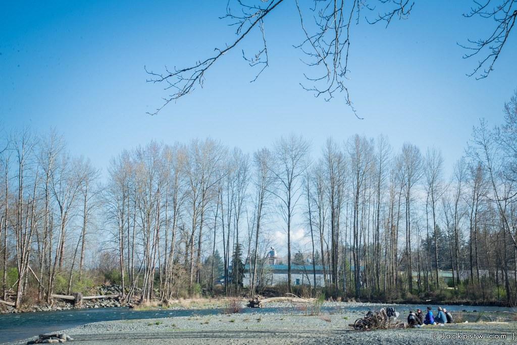 放學後學生坐在河邊釣雨