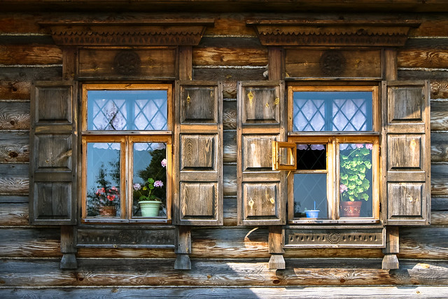 Windows of a old house, museum of wooden masterpieces, Suzdal スズダリ、木造建築博物館の古民家の窓