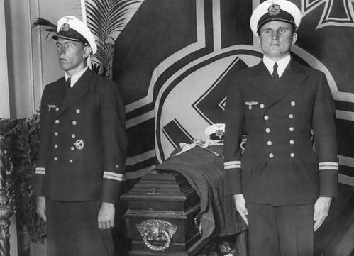 Los restos del Capitán Hans Langsdorff son velados por miembros de su tripulación