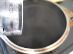 沸騰したお湯に少し水を足します