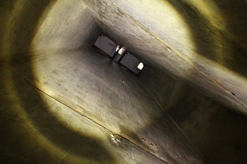 Hueco del montacargas que subía los proyectiles a la pieza 1