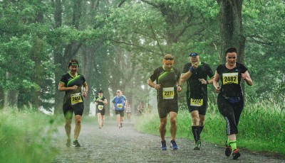 Tisícovka běžců na Běhej lesy Brdy. Vítězí Procházka a Hochmut