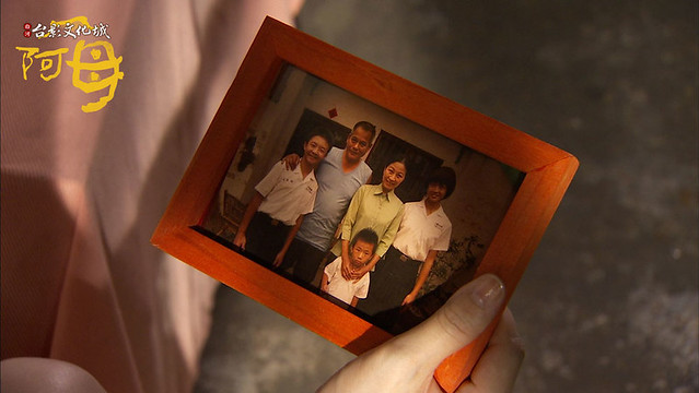 22:58:28---萬華不小心打破全家福照片
