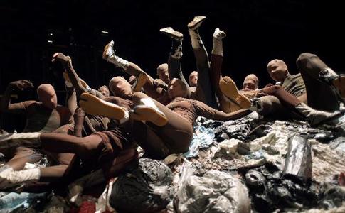 15c16 ABC Fura Mortier en el Real JAVIER DEL REAL Los «Sin nombre» sobre un montón de basura, en el montaje ideado por La Fura dels Baus para la ópera de Weill en el Teatro Real.