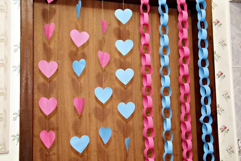 o que usar no fundo da mesa do bolo, decorar a parede, juliana leite, flores de papel, diy, sugestões, o que colocar, como organizar, como fazer cortina, quadro dos noivos, noivado, casamento, 15 anos, chá de,