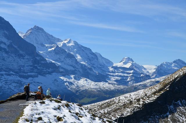 Una parada en el camino al lago Bachalpsee para contemplar el Eiger y los cuatromiles de los Alpes