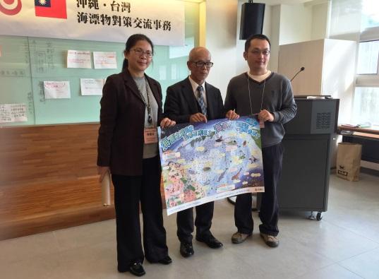 沖繩縣環境部長當間秀史致贈環境教育海報予台灣。黃靖文攝