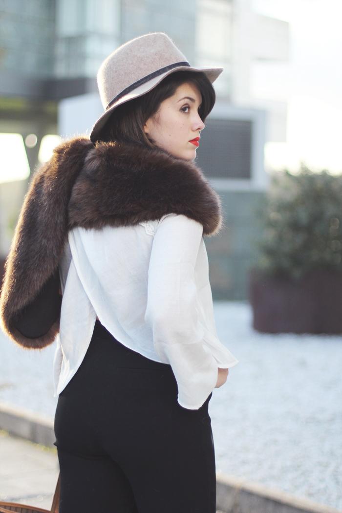 blusa con abertura en la espalda y estola de pelo sintetico marron streetstyle look myblueberrynightsblog