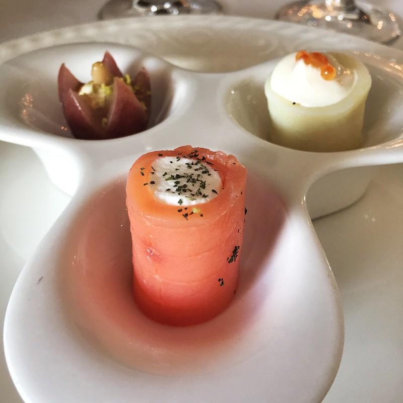 Snack (salmón con queso, uva con pistacho y patata con wasabi)