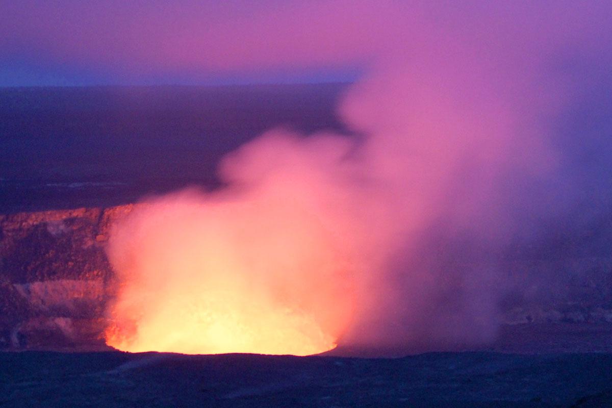 ハレマウマウ火口の燃え盛る溶岩の拡大写真