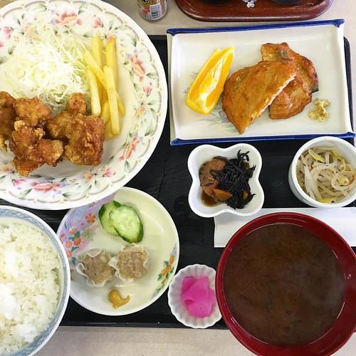 朝から岩塚で社長の御指導受けまくりす( ꒪⌓꒪)居酒屋千城の日替わりランチは唐揚げ!これ食べて午後は元気に外回り〜 #lunch #japan #japanesefood