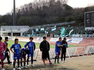 バックスタンドに挨拶をしに来た町田ゼルビアの選手と、ゴール裏に挨拶をする東京ヴェルディの選手。