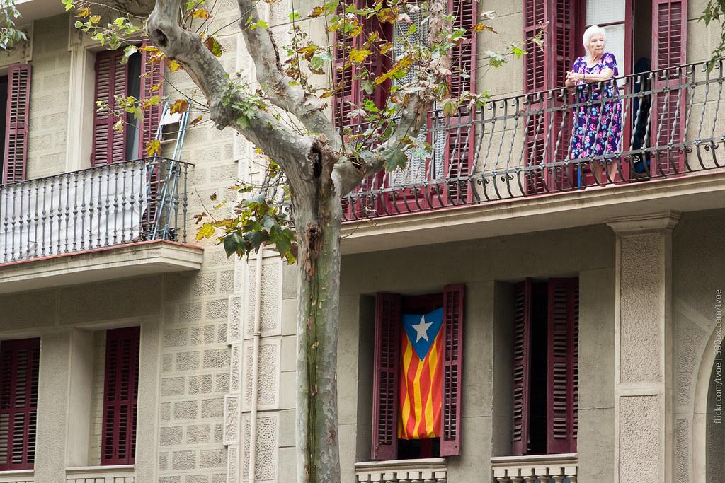 Пожилая женщина на балконе в Барселоне