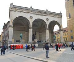 triumphal arch(0.0), arch(1.0), building(1.0), tourism(1.0), landmark(1.0), architecture(1.0), facade(1.0), town square(1.0), plaza(1.0), arcade(1.0),