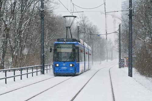 Kurz vor dem Münchner Tor kämpft sich Wagen 2162 durch das Schneegestöber
