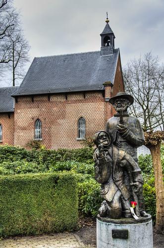 Oostmalle, Mariapark met beeld van Pater Damiaan.