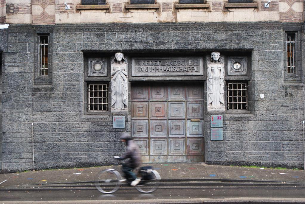 > Un bout de façade du batiment des Archives municipales d'Amsterdam