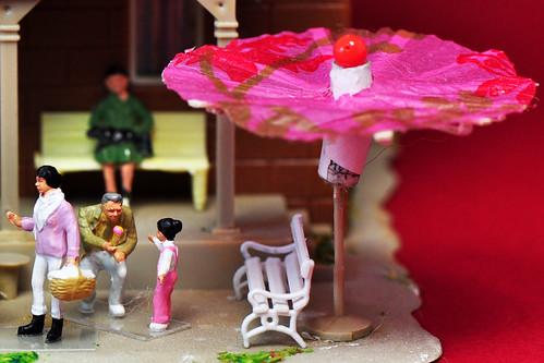 Putzingen Modellbahn Modellbahnbau Miniwelt Miniwelten Hotel Bärental Eis Eisverkäufer Mario Erdbeereis Schokoladeneis Vanilleeis Sonnenschirm chinesische Sonnenschirmchen Frühling Sommer kleine Welt Foto Brigitte Stolle