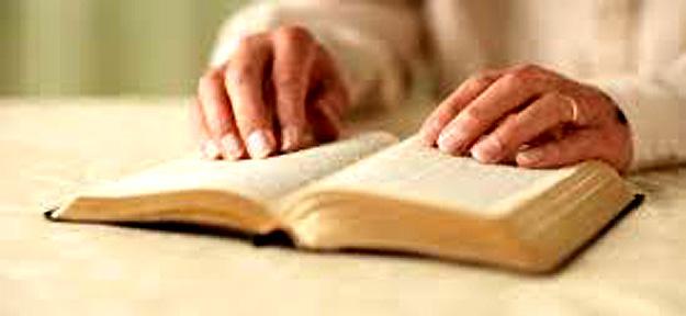 libro de rezos-manos