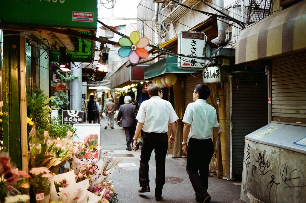吉祥寺 Tokyo, Japan / Kodak ColorPlus / Nikon FM2 在吉祥寺的巷弄裡鑽來鑽去,好像有點太早去了,有些店家沒有開門,不知道是比較晚開還是真的沒在營業。  我就站在街道的一個位置,構圖調整好後,等待路人走到我要的畫面中,然後按下快門!  Nikon FM2 Nikon AI AF Nikkor 35mm F/2D Kodak ColorPlus ISO200 0995-0006 2015/10/01 Photo by Toomore