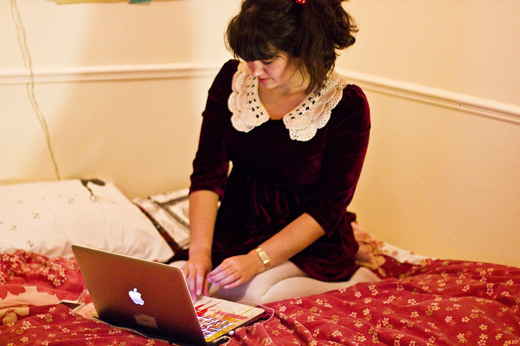 computer laptop apple girl working career tapeparade blog blogging