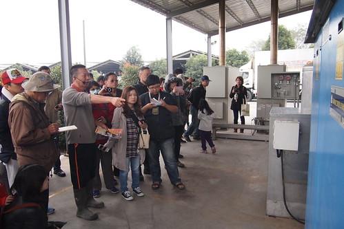 中央畜牧場場長蘇增說明沼氣發電設備
