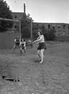 "Baseball game between women from the ""Eager Beavers"" and officers of the Regina Rifle Regiment... / Partie de baseball opposant l'équipe féminine des Eager Beavers à des officiers du Regina Rifle Regiment..."