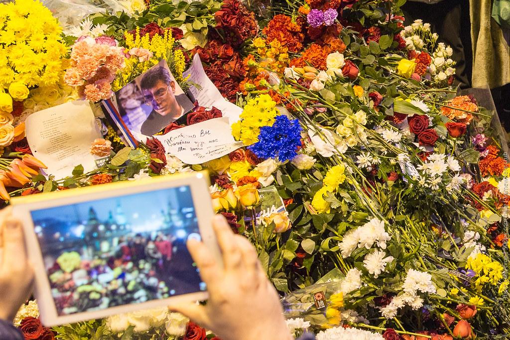 Фотография на планшет цветов на месте гибели Бориса Немцова