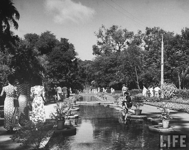 SAIGON 1948 - Locals enjoying the town garden, in French Indochina