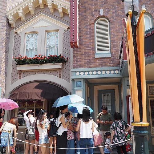 香港ディズニーランドに新しく登場したダッフィー&ジェラトーニのグリーティングはここに行列ができます。時間はタウンホールで確認を。