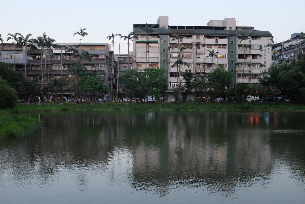 Un lago en el centro de Songshan Creative Park en Taipei