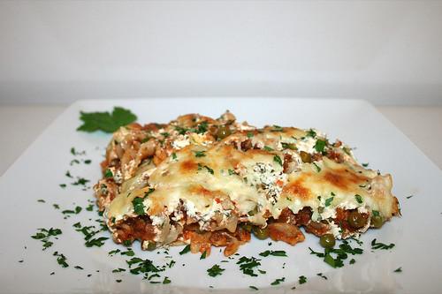 52 - Pasta bake with ground meat, peas & feta - Side view / Spirelli-Auflauf mit Hackfleisch, Erbsen & Feta - Seitenansicht