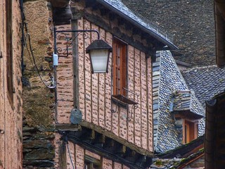 Foto de una calle de Conques (Francia)