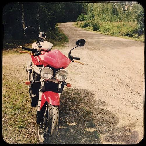 triumph speed triple 955i lappträsk lapinjärvi suomi finland dirtroad sandväg hiekkatie july juli heinäkuu summer sommar kesä bike motorcykel motorcycle moottoripyörä iphone