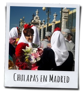 Het hoofd van de vrouwen wordt bedekt met een witte sjaal waarop een knalrode anjer is gespeld