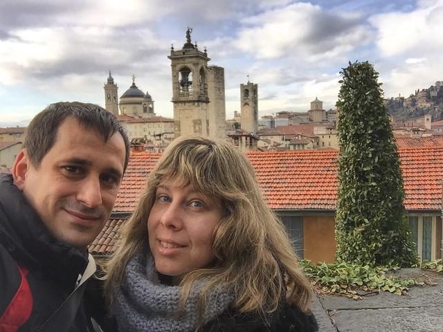 Sele y Rebeca en Bérgamo (vistas desde La Rocca)