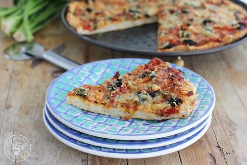 Pizza de espinacas, bacon y gorgonzola www.cocinandoentreolivos.com (21)