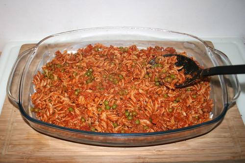 44 - Boden mit Hälfte der Nudeln mit Sauce bedecken / Cover floor with half of noodle sauce mix