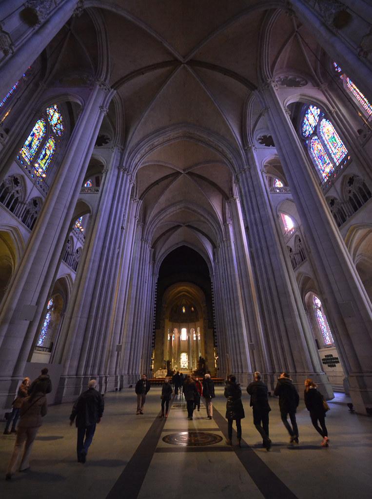 El espectacular interior de la Catedral de San Juan el divino en el barrio de Harlem en Nueva York