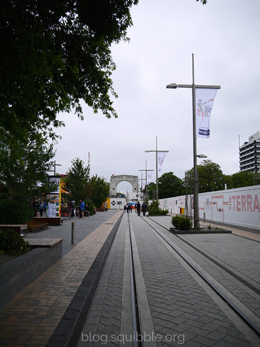squibble_visits_Christchurch_arch