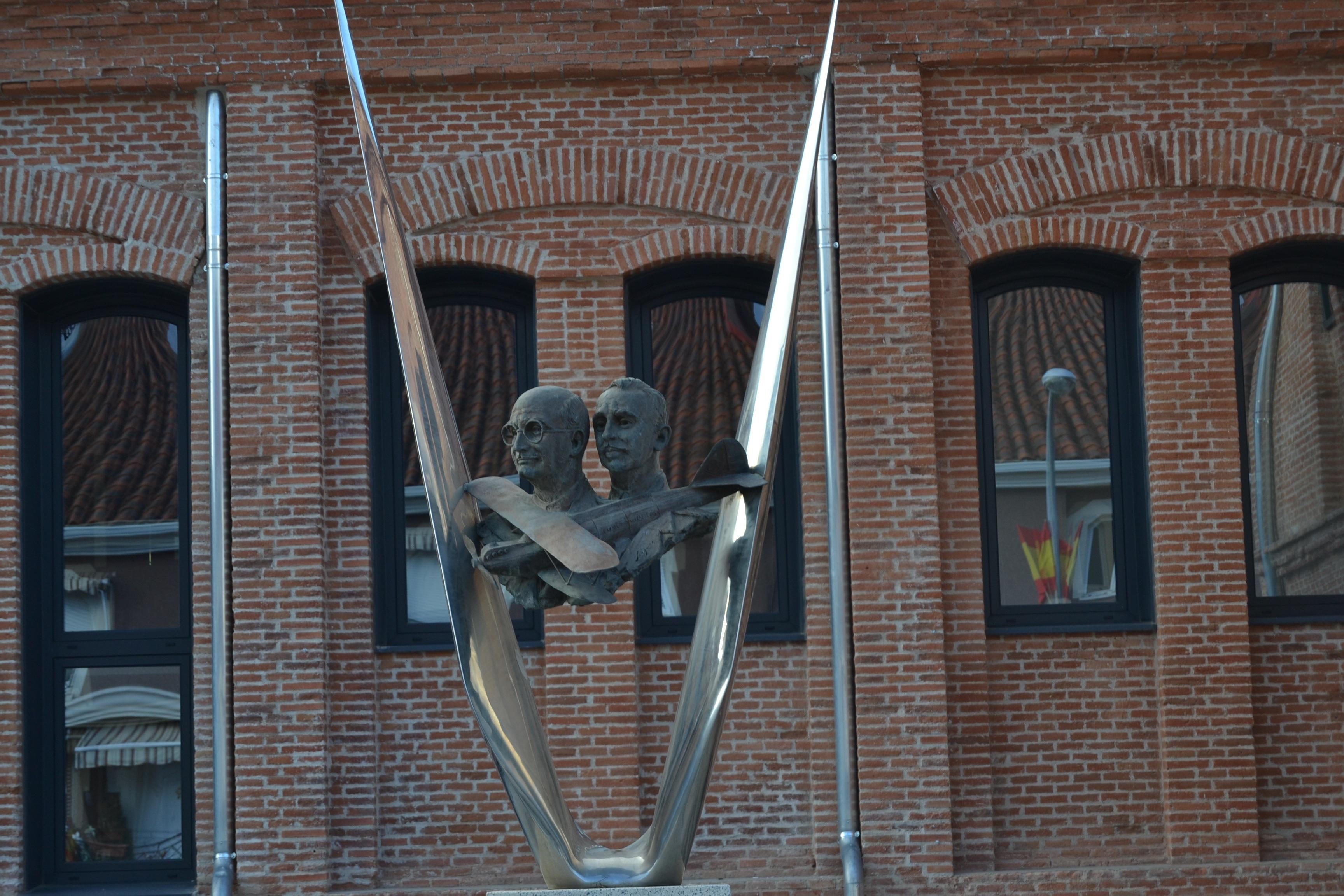 Monumento al Cuatro Vientos en la fachada posterior del recién restaurado edificio del Cuartel de Globos en el Polígono de Aeroestación de Guadalajara