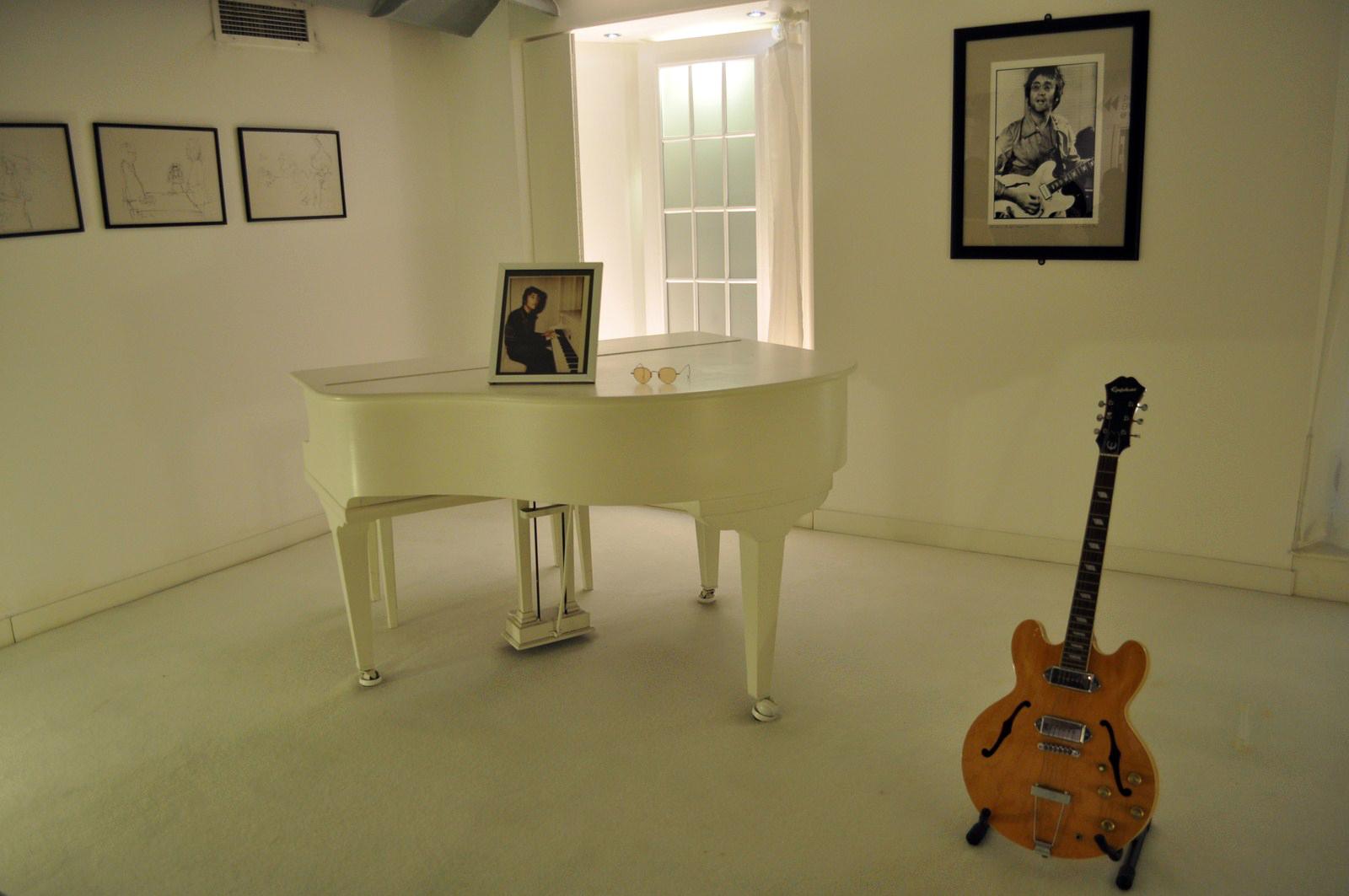 Ruta de los Beatles: Habitación del recuerdo de John Lennon, con su piano favorito ... un viaje al más allá ruta de los beatles - 16020985015 686d55b3ad h - Ruta de los Beatles en Liverpool