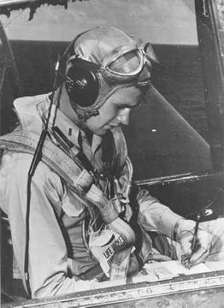 George Bush escribiendo en la cabina de su aparato