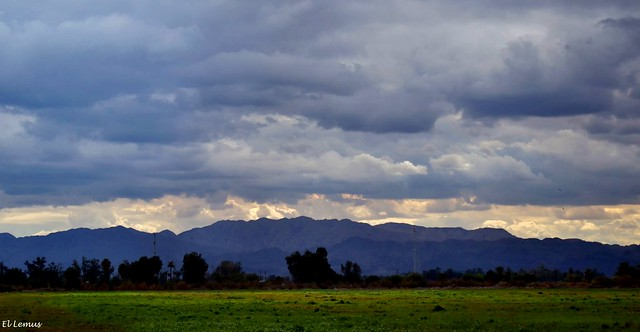 Sobre la Sierra Cucapah  Las nubes hacen contraste con el color de las montañas Foto:El Lemus
