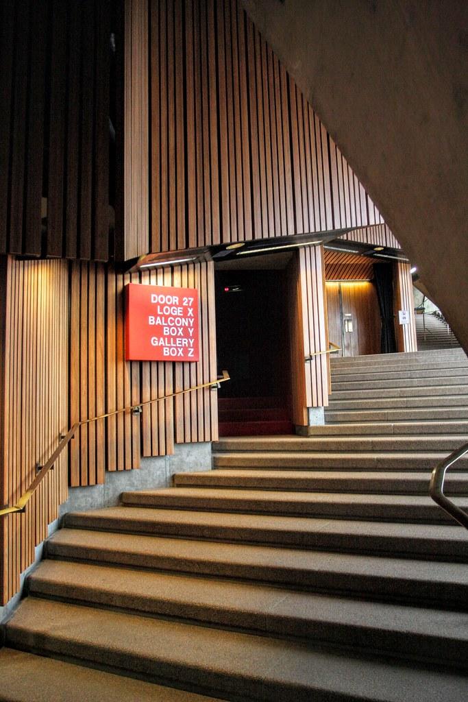 前往歌劇廳,但是在歌劇廳內是不能拍照的,僅能將心得寫出來。歌劇廳內椅子非常舒服,視野跟價格有關,我們坐在正中央的位置,視野一覽無遺,台上輕輕講話的聲音聽得一清二楚。當天去的時候歌劇廳正在布置場景,現場看到歌劇一幕幕切換場景的方法,十分好玩,可惜不能拍照阿><