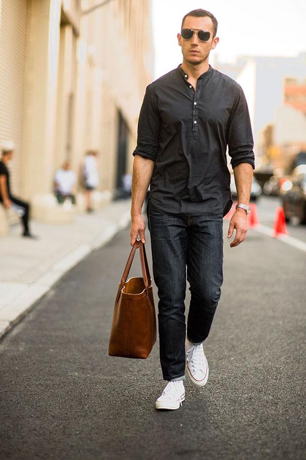 黒バンドカラープルオーバーシャツ×デニムパンツ×オールスター白