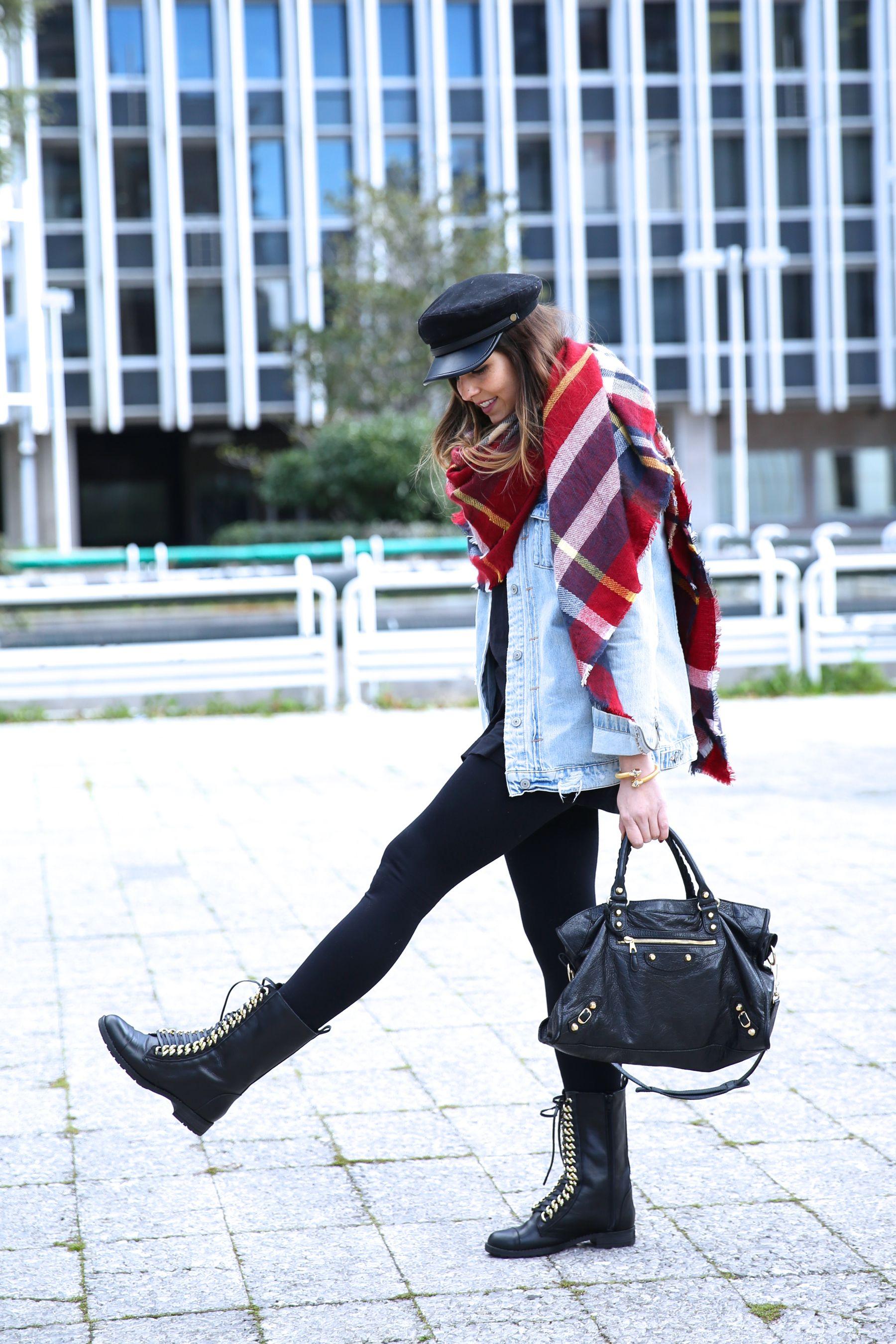 Look casual con gorra baker boy, maxi bufanda, chaqueta vaquera, leggings y botas moteras